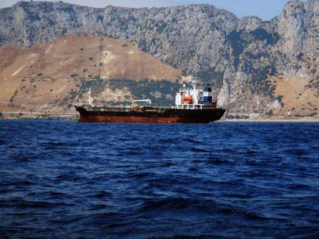 Buque fondeado detrás de Gibraltar