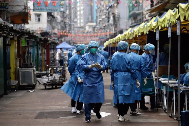 23 January 2021, China, Hong Kong: Medical team work at Temple Street on Yau Tsim Mong district where unprecedented lockdown has been declared early this morning by Hong Kong government in order to carry out compulsory coronavirus (Covid-19) testing in th