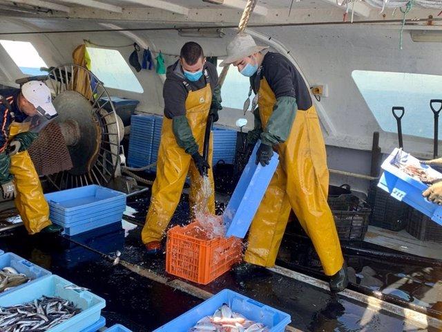 Pescadores en barco pesquero