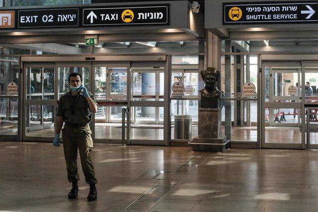 01 April 2020, Israel, Tel Aviv: A soldier of the Israeli Defense Forces stand guard at Ben Gurion International Airport amid the Coronavirus (Covid-19)outbreak. Photo: Nir Alon/ZUMA Wire/dpa