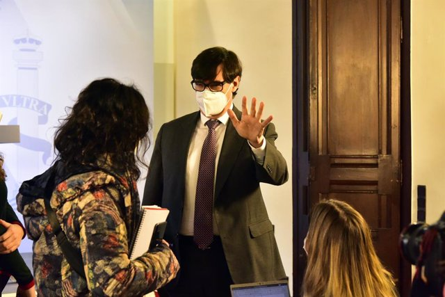 El ministre de Sanitat, Salvador Illa, conversa amb diversos periodistes en finalitzar una compareixença convocada davant els mitjans per fer seguiment de la pandèmia per Covid-19, a Barcelona, Catalunya.