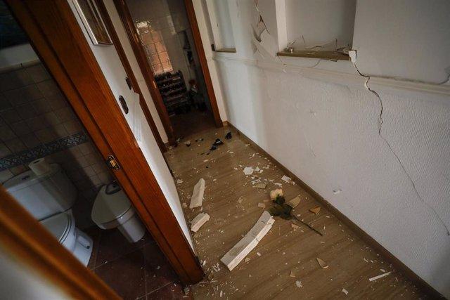 Grietas y destrozos causados en una vivienda tras el terremoto de 4.4 grados con epicentro en Santa Fe, que ha dejado numerosos daños materiales en la localidad de Atarfe. En Granada (Andalucía, España), a 23 de enero de 2021.