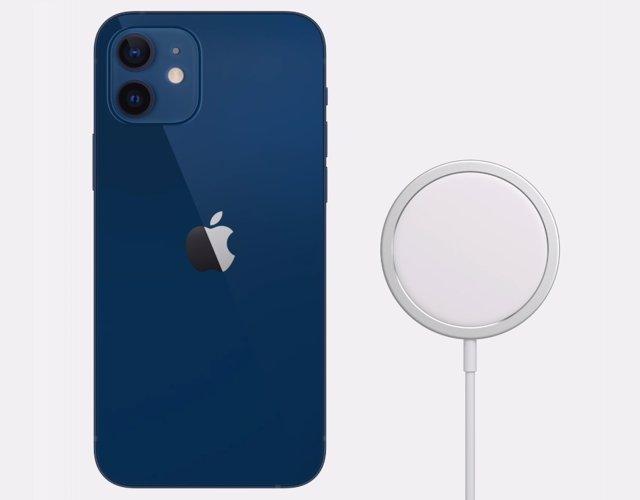 IPhone 12 y cargador con MagSafe