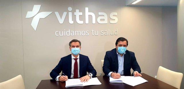 El presidente de Philips Ibérica, Juan Sanabria, y  el director general del Grupo Vithas, el doctor Pedro Rico. (de izquierda a derecha)