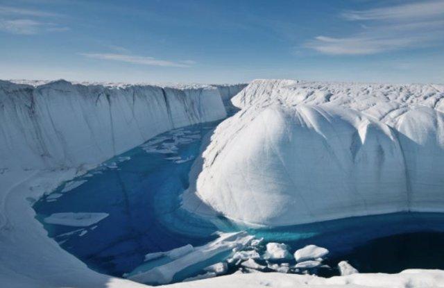 Un arroyo atraviesa la capa de hielo de Groenlandia.