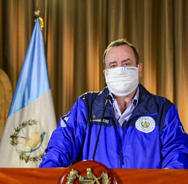 El presidente de Guatemala, Alejandro Giammattei, con mascarilla por el coronavirus