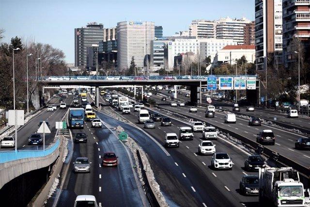 Carretera M-30 a su paso por Ventas, en Madrid (España), a 18 de enero de 2021. Madrid lleva desde ayer en escenario 1 de su protocolo anticontaminación y continuará así mínimo hasta mañana martes incluido. Durante este escenario se limita la velocidad a
