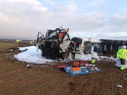 Un camionero herido tras sufrir un accidente mientras transportaba gasolina en La Roda