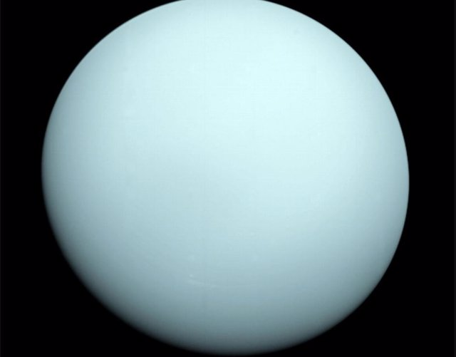 Al llegar a Urano en 1986, la Voyager 2 observó un orbe azulado con rasgos extremadamente sutiles. Una capa de neblina ocultaba a la vista la mayoría de las características de las nubes del planeta.
