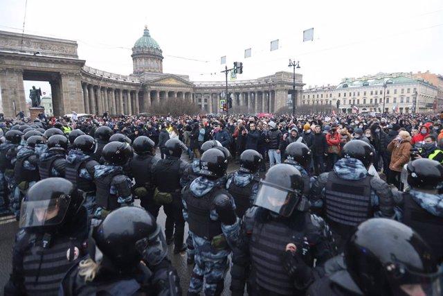 Policías y manifestantes durante una protesta contra la detención del opositor Alexei Navalni en San Petersburgo, en Rusia