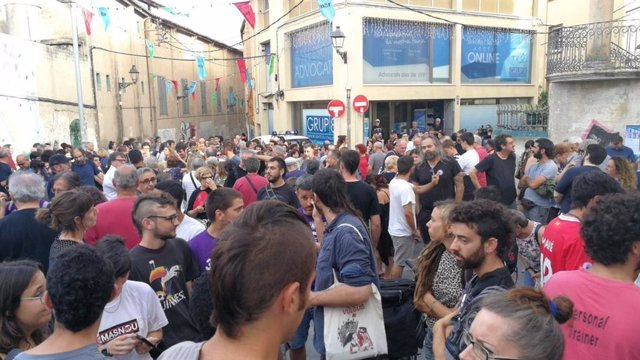 Unas 300 personas se manifiestan en El Masnou contra atques racistas a menores migrados