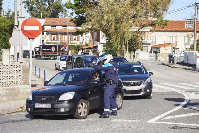 Agentes de la Policía Municipal en un control en la rotonda de Corbán, que regula la entrada y salida de Santander. Archivo