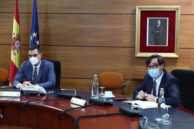 El presidente del Gobierno, Pedro Sánchez (i) y el ministro de Sanidad, Salvador Illa (d) durante la reunión del Comité de Seguimiento del Coronavirus, en el Complejo de la Moncloa, en Madrid (España), a 11 de enero de 2021.