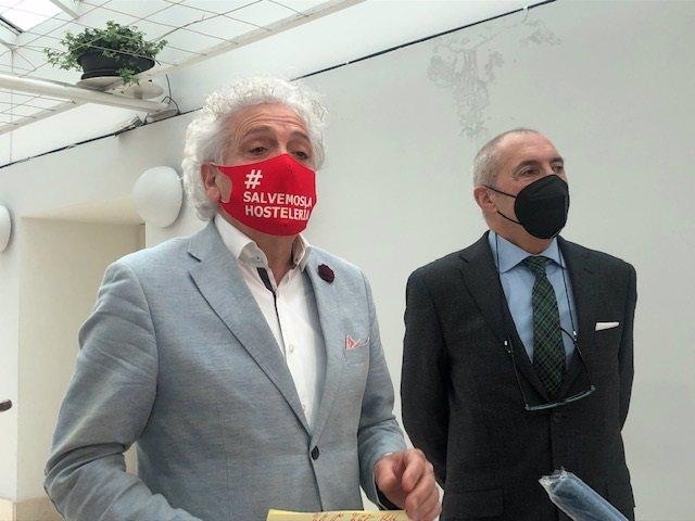 El presidente de la Asociación de Empresarios de Hostelería de Cantabria, Ángel Cuevas (i), y el jurídico de la entidad