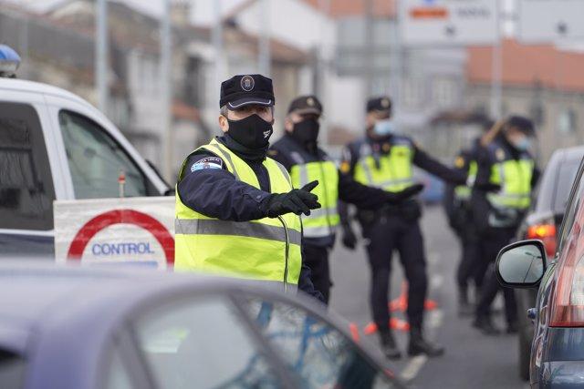 Varios de los agentes de la Policía Local realizando un control de movilidad en la salida de Santiago de Compostela hacia la carretera de Ourense, en el barrio de Castiñeiriño, en Santiago de Compostela, A Coruña, Galicia (España), a 15 de enero de 2020.