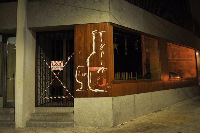Un bar cerrado en Xinzo de Limia, Ourense, Galicia (España), a 2021. El Ayuntamiento de Xinzo de Limia (Ourense) recomienda a sus vecinos que adelanten el toque de queda a las ocho de la tarde y a los comercios que cierren a las seis, en solidaridad con l