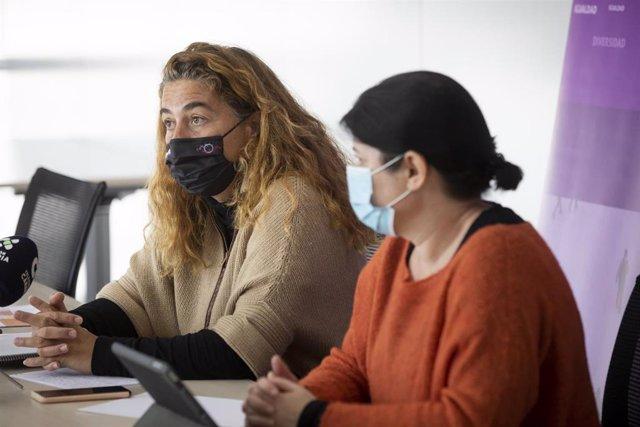 Gemma Martínez e Iratxe Serrano en la reunión mantenida con responsables de Derechos Sociales de los cabildos para abordar la situación de los menores inmigrantes no acompañados