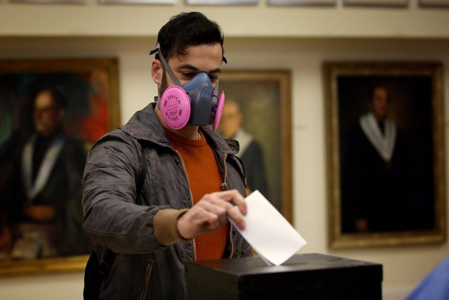 24 January 2021, Portugal, Lisbon: A man wears a protective mask as he casts his ballot at a polling station during the Portuguese Presidential Election. Photo: Pedro Fiuza/ZUMA Wire/dpa