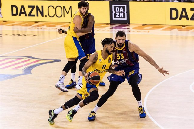 Tyler Dorsey of Maccabi Playtika Tel Aviv drives to the basket against Nikola Mirotic of Fc Barcelona during the Turkish Airlines EuroLeague match at Palau Blaugrana on December 18, 2020 in Barcelona, Spain.