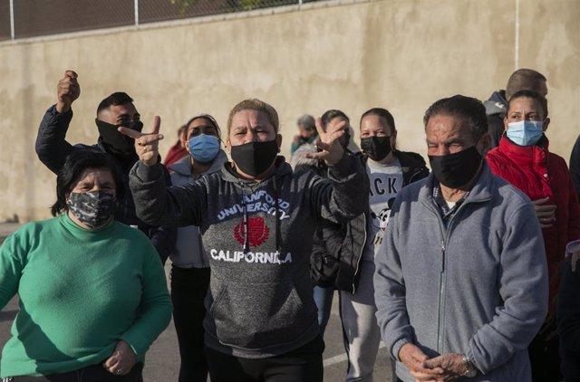 Vecinos de Torreblanca durante la concentración contra los cortes de luz producidos en el barrio