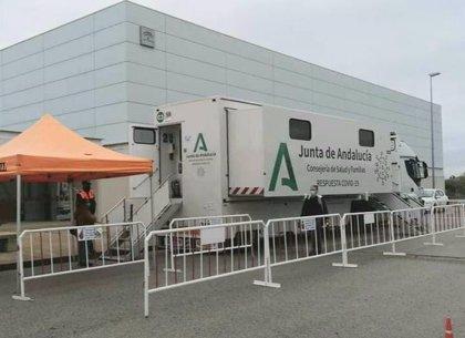 La unidad móvil de Salud y Familias realiza 553 pruebas en Conil y registra 12 positivos