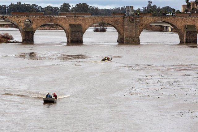 Una barca del GEAS, equipo de emergencias participan en la localización de una persona desaparecida esta mañana en la zona del río Guadiana junto al Puente de la Autonomía, en Badajoz