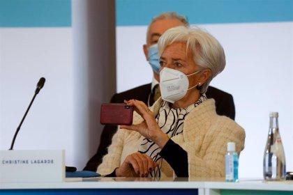 """Lagarde insiste en Davos que la política fiscal todavía tiene que ser """"muy activa"""" para superar la crisis"""