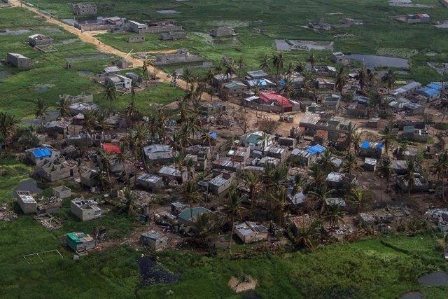 Imagen de archivo de casas destrozadas por el paso de Idai por Mozambique.