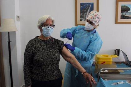 Usuarios y empleados del centro de mayores de Cartaya (Huelva) reciben la segunda dosis de la vacuna