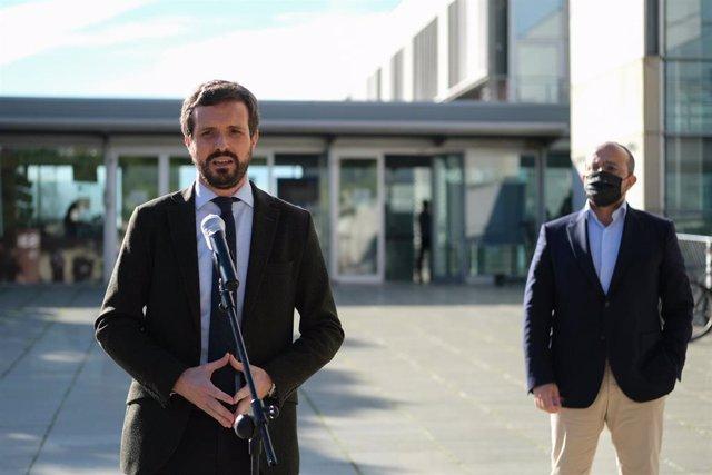 El presidente del PP, Pablo Casado  interviene durante su visita al Instituto Catalán de Investigación Científica en Tarragona, acompañado del presidente del PPC, Alejandro Fernández. En Tarragona, a 21 de diciembre de 2020.