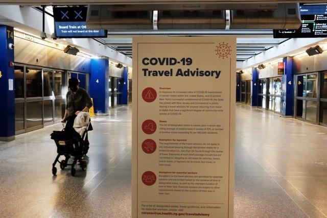 Un cartel con información sobre la COVID-19 en el JFK en Nueva York.