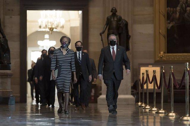 Miembros demócratas de la Cámara de Representantes de EEUU acudiendo al Senado para hacer entrega del arículo de acusación para dar inicio al juicio político contra Donald Trump.