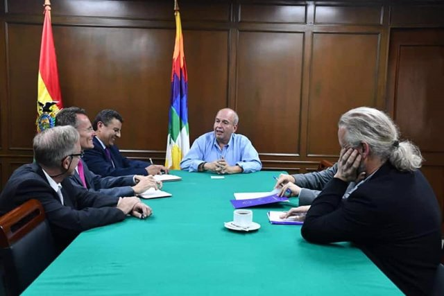 El exministro de Gobierno de Bolivia, Arturo Murillo, con representantes diplomáticos de la UE.