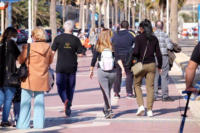Varias personas pasean en un día soleado en Melilla (España), a 17 de enero de 2021.