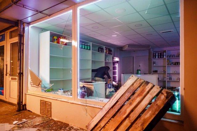Saqueos durante los disturbios en Países Bajos tras la decisión de imponer un toque de queda y restricciones por la pandemia de coronavirus
