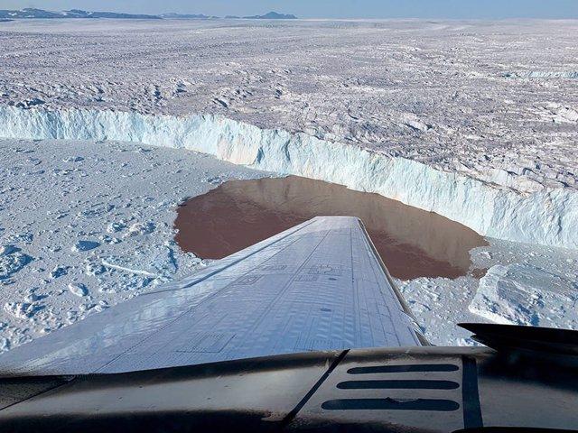 Para medir la profundidad y la salinidad del agua, el proyecto OMG lanzó sondas en avión a los fiordos a lo largo de la costa de Groenlandia.