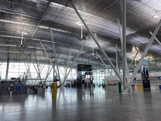 El Aeropuerto Rosalía de Castro de Santiago recibe los primeros vuelos internacionales.