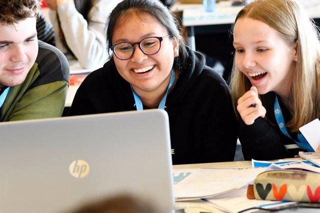 Jóvenes en la competición CodeWars