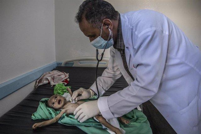 Haifa es un bebé de 11 meses que sufre malnutrición. En la foto, está siendo atendido en el hospital Khalifa hospital de Taiz (Yemen) financiado por Save the Children.