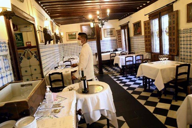 Un camarero del 'Restaurante Sobrino de Botín', más conocido como 'Casa Botín'