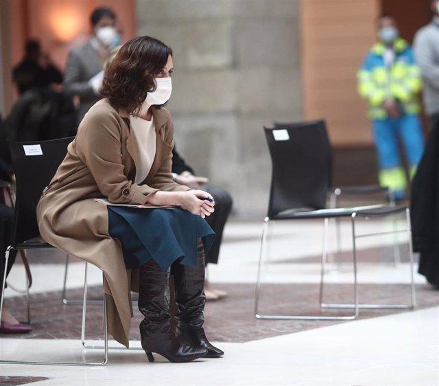 La presidenta de la Comunidad de Madrid, Isabel Díaz Ayuso, durante el acto de firma de sendos convenios con el Colegio Oficial de Farmacéuticos de Madrid y el Colegio Oficial de Odontólogos de Madrid, en Madrid, (España), a 26 de enero de 2021