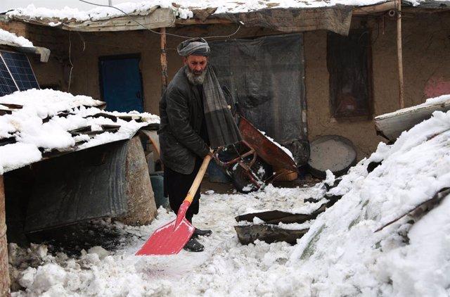 Un hombre limpia la nieve en Kabul, capital of Afghanistan.