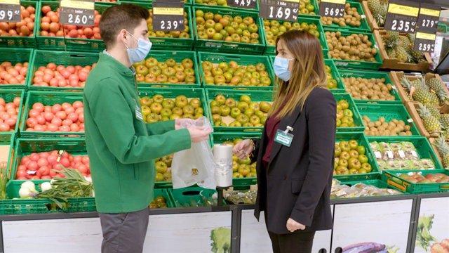 Imagen sobre el cumplimiento del primer hito de la Estrategia 6.25 en Mercadona con la eliminación de las bolsas de plástico de un solo uso en todas sus tienda