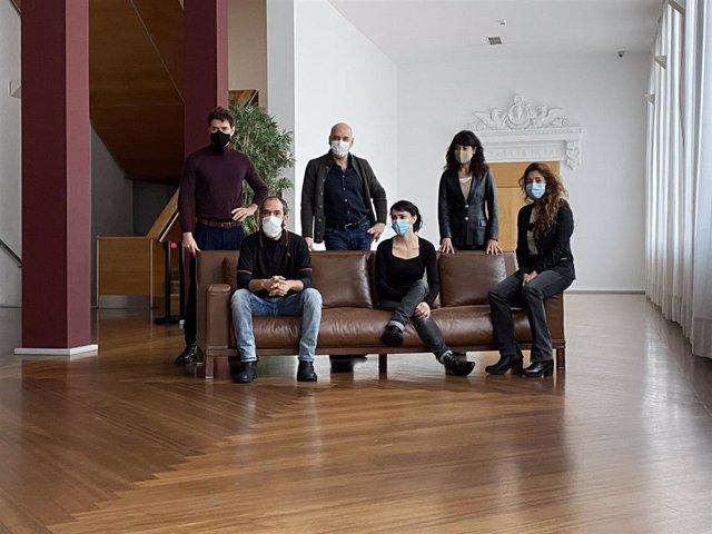 La compañía Noviembre Teatro junto a la concejal de Cultura, Ana Redondo.