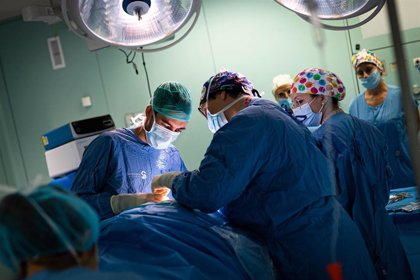Las operaciones quirúrgicas caen casi a la mitad en C-LM