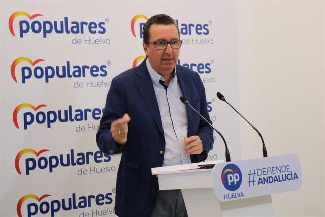El presidente provincial del PP de Huelva, Manuel Andrés González, en rueda de prensa.