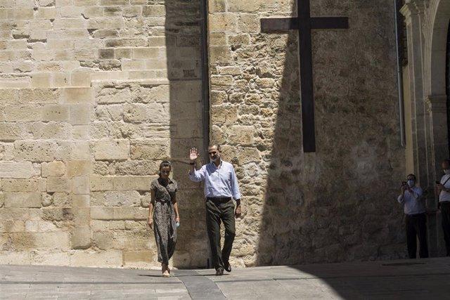 Los Reyes, don Felipe y doña Letizia, durante una visita a Cuenca.