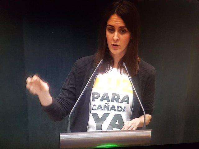 Rita Maestre luce una camiseta reclamando luz para la Cañada Real en el Pleno del Ayuntamiento de Madrid