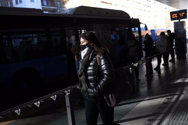 Colas de gente esperando el autobús en Madrid (España), a 18 de enero de 2021.
