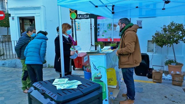 Entrega de compost en Zahara dentro del programa de Economía Circular en la Sierra de Cádiz